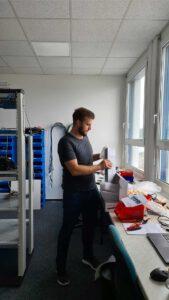 Bild eines Mitarbeiters beim Umbau des Lagerraums