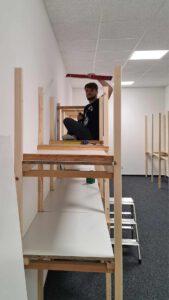 Bild eines Mitarbeiters beim Umbau