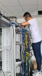 Bild zeigt Mitarbeiter beim Montieren eines Servers