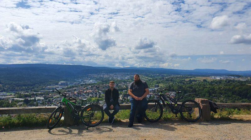 Zwei Mitarbeiter mit ihren Rädern auf dem Wallberg